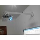 Cách xoay màn hình máy chiếu khi treo trên trần